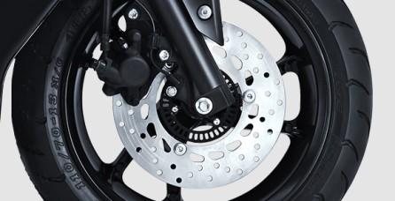 WIDE TUBELESS TIRE Menggunakan velg dan ban tubeless tapak lebar, membuat motor lebih stabil saat bermanuver.