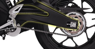 ALUMUNIUM REAR ARM Aluminium rear arm yang kokoh dan memiliki bobot yang ringan, memberikan pengendalian sepeda motor yang lebih stabil.