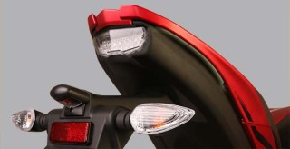 ASSIST GRIP Desain pegangan penumpang menyatu dengan body. Keren dan sporty.