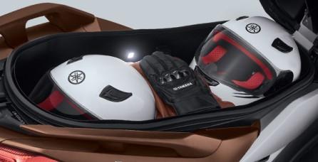 EXTRA LARGE UNDERSEAT STORAGE WITH LED LIGHT Bagasi ekstra luas yang dilengkapi dengan lampu LED mampu menyimpan hingga 2 helm full face ukuran XL. Sangat praktis dan fungsional. Memberikan pengalaman ultimate berkendara.