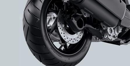 "TUBELESS WIDE TIRE Berkendara lebih stabil dengan ban tubeless berukuran lebar depan 120/70-15"" dan belakang 140/70-14"" yang di desain khusus untuk XMAX, memberikan daya cengkram ban yang lebih sempurna di permukaan basah / kering."