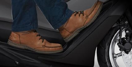 COMFORTABLE RIDING POSITION Posisi berkendara yang nyaman dengan ruang kaki yang luas, membuat posisi berkendara lebih rileks untuk jarak dekat atau jarak jauh.