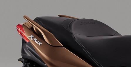 YAMAHA ICONIC MAX YAMAHA DESIGN Ultimate design dengan DNA MAX YAMAHA, body sporty dan dinamis menunjukkan karakter sepeda motor dengan performa tinggi.