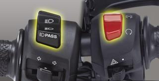 PASS BEAM & ENGINE CUT-OFF Praktis menggunakan lampu jauh saat memberikan tanda ke pengendara lain & mudah saat mematikan mesin dan menjadi ciri khas motorsport.