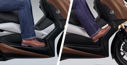 RELAXED & UP RIGHT RIDING POSITION XMAX 250 CC memiliki posisi riding tegak sehingga meningkatkan kontrol serta pandangan yang baik bagi pengendara. Juga dilengkapi dengan dua pijakan kaki dan desain jok yang luas dengan kontur ganda memberikan kenyamanan maksimal bagi pengendara.