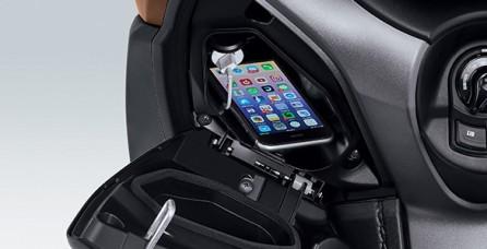 """ELECTRIC POWER SOCKET Semakin praktis dengan """"Electric Power Socket"""" untuk mengisi daya gadget pengendara. *Charger dan handphone tidak termasuk dalam paket penjualan."""