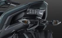 SPORTY-INTEGRATED REAR HANDLE GRIP Desain pegangan bagian belakang yang menyatu dengan body motor, memberikan kesan yang sporty.