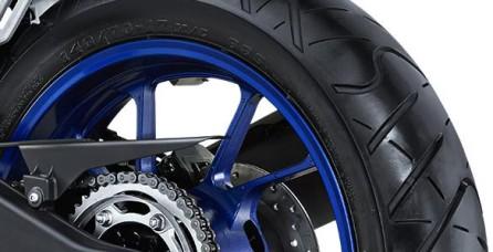 SUPER WIDE TIRE Ban super lebar (Front tire: 100/80-17, Rear tire: 140/70 -17) menyajikan kestabilan berkendara