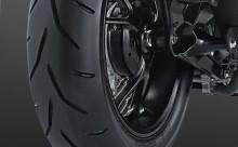 """SUPER WIDE TUBELESS TIRE Ukuran ban depan 110/80-14"""", Ukuran ban belakang 140/70-14"""", Menjadikan tampilan lebih sporty serta memberikan pengalaman berkendara yang lebih stabil saat bermanuver."""