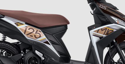 TRENDY BODY STRIPING Trendinya tampilan Mio M3 AKS SSS diperkuat dengan speedometer baru yang memiliki bodi yang ramping, sporty, lekukan M (Mio) style di beberapa bagian pada bodi motor, motif karbon pada 5 titik area