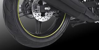 WIDE TUBELESS TIRE Dengan ban tubeless yang lebar dikelasnya dilengkapi dengan Desain Velg ring 17 inch membuat tampilan MX KING semakin sporty dan memiliki Double Disk Brake yang memaksimalkan pengereman dan keamanan dalam berkendara.