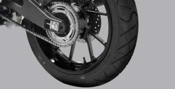 WIDE TUBELESS TIRE Ban lebar (Front tire: 90/80-17, Rear tire: 130/70-17) menyajikan kestabilan berkendara